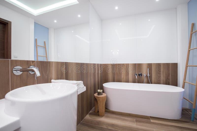 Деревянная панель в роскошной ванной комнате стоковое фото rf