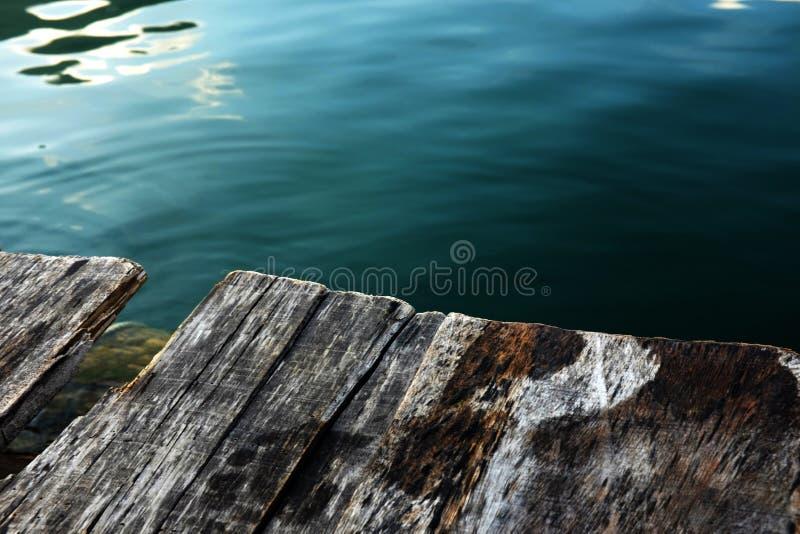 Деревянная палуба и голубое озеро стоковое изображение