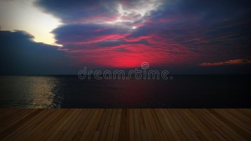 Деревянная палуба с twilight облаком стоковые фото