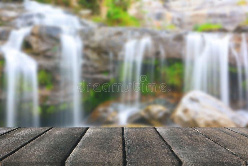 Деревянная перспектива пола и естественный водопад горы стоковое изображение