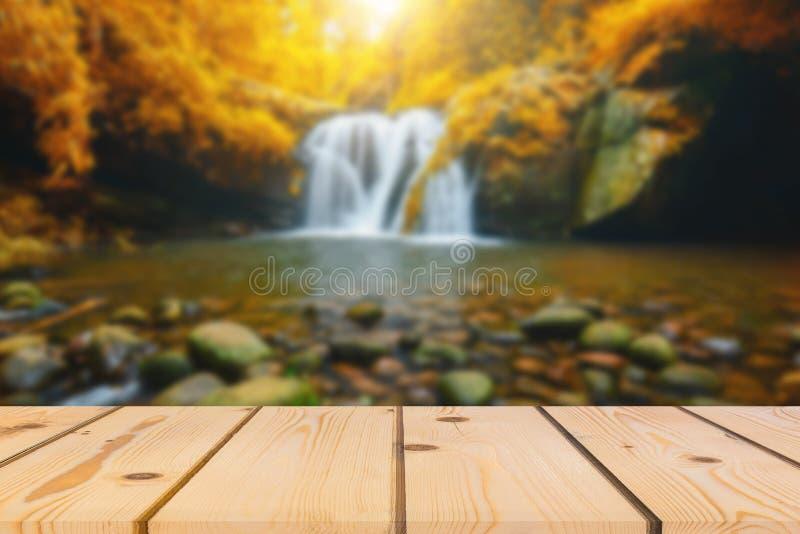 Деревянная перспектива пола и естественный водопад горы стоковое фото