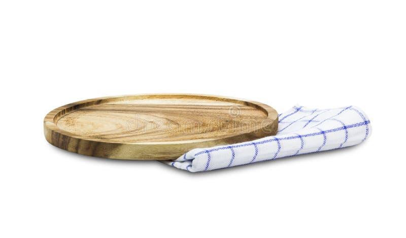 Деревянная плита на скатерти изолированной на белой предпосылке стоковое фото rf