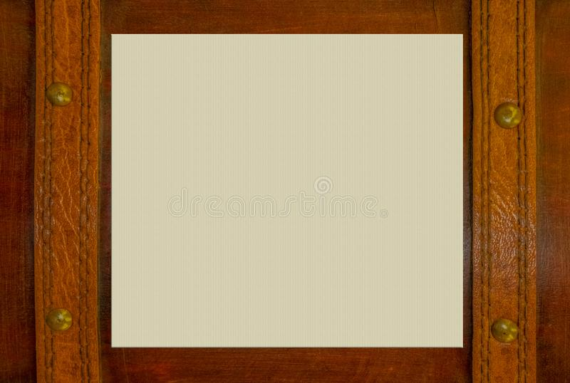 Деревянная поверхность с кожаными ремнями латунь пригвождает с бумажным космосом для экземпляра в середине стоковые фото