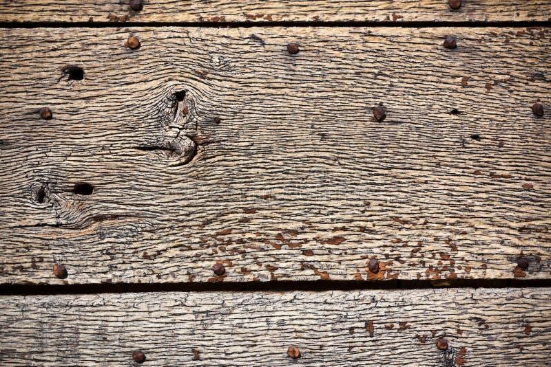 Деревянная поверхность с старым металлом заклепывает предпосылку стоковая фотография rf