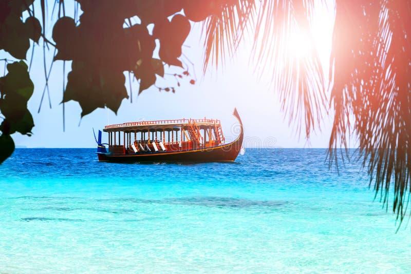 Деревянная подлинная красочная шлюпка на Мальдивах плавает вдоль красивого голубого океана стоковые изображения