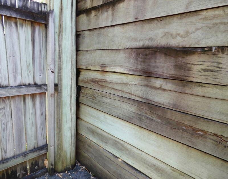 Деревянная подпорная стенка, который держит большой деревянный штендер стоковое фото rf