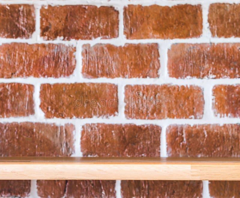Деревянная полка дисплея для шоу ваш продукт в концепции grunge Винтажная предпосылка кирпичной стены Поверхность и материал кирп стоковая фотография