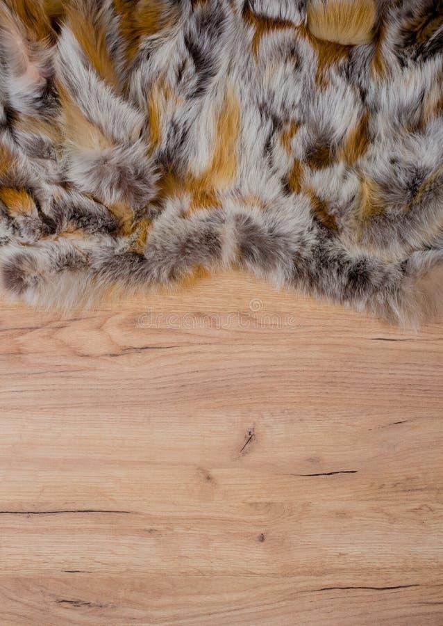 Деревянная предпосылка с краем меха как текстура и предпосылка для составлять стоковые фото