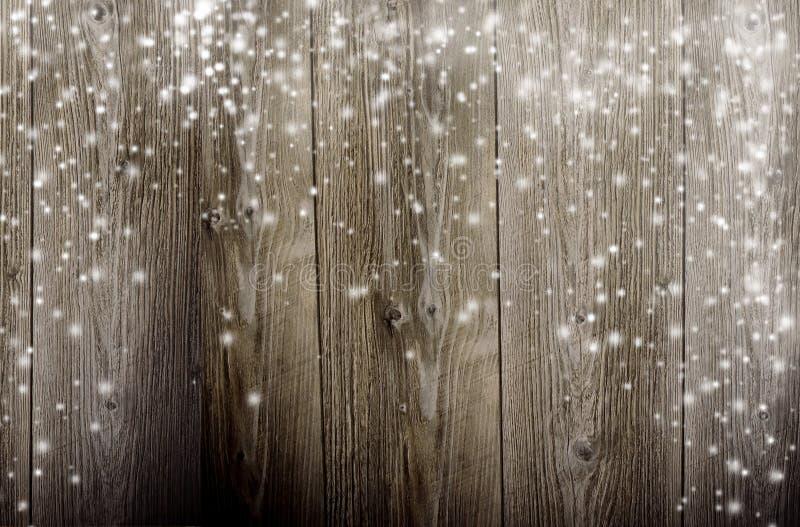 Деревянная предпосылка с падая снежком стоковые изображения rf
