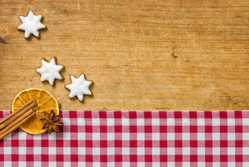 Деревянная предпосылка с печеньями и christmassy специями стоковое изображение