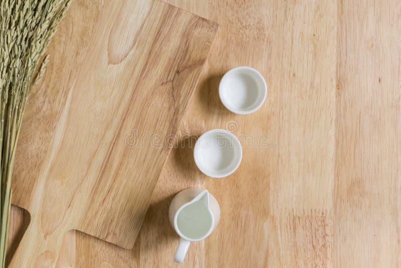 Деревянная предпосылка текстуры с пустыми чашками чая стоковые изображения
