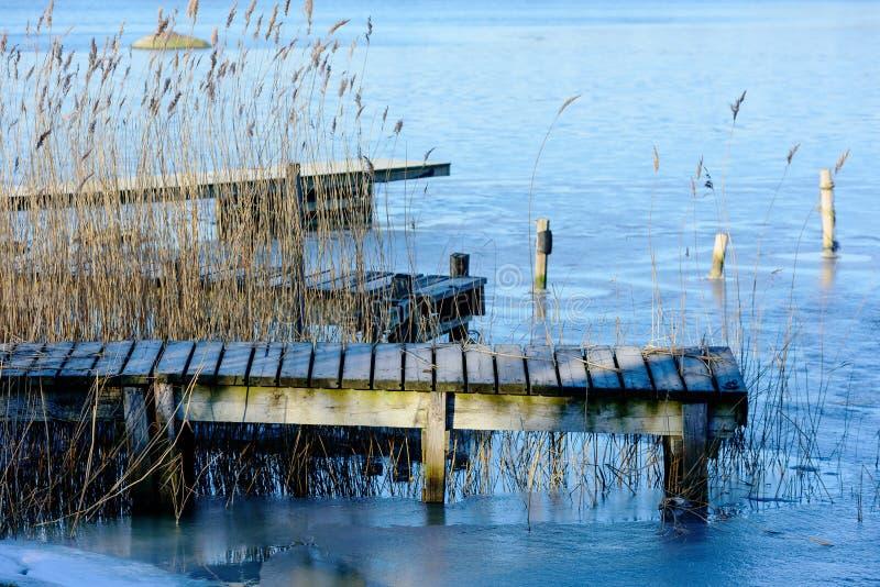 Деревянная пристань в зиме стоковые фото