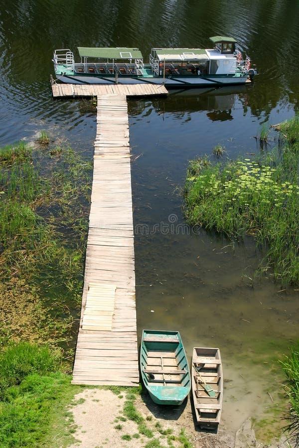 Деревянная пристань на озере стоковые изображения rf
