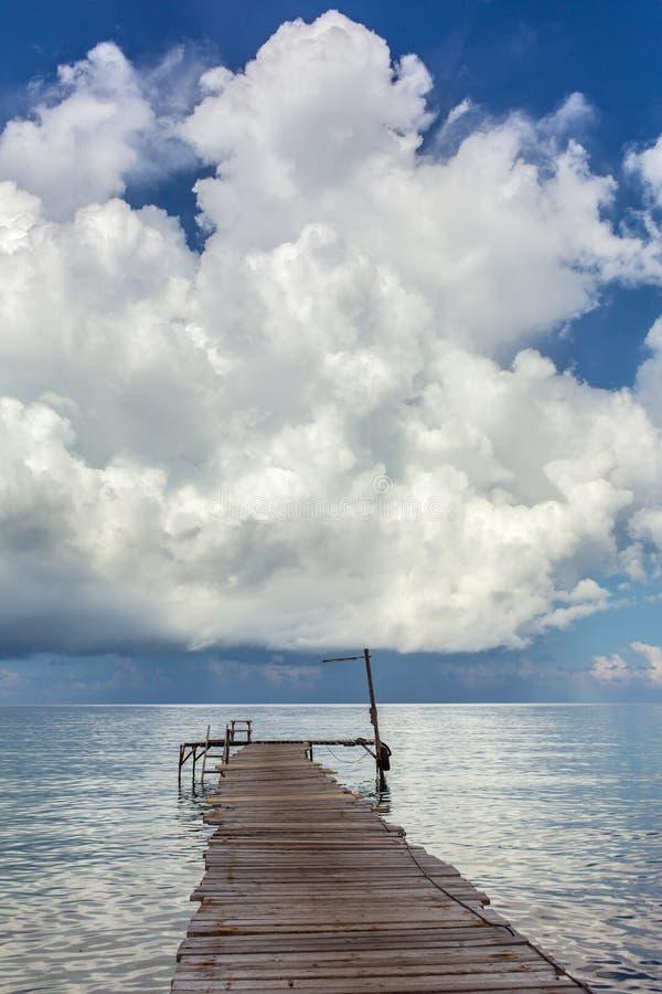Деревянная пристань на пляже острова Kood Koh в Таиланде стоковое изображение rf