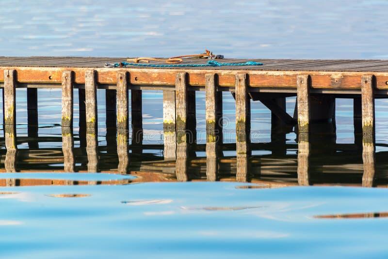 Деревянная пристань с хордами стоковые изображения rf