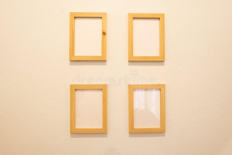 Деревянная пустая картинная рамка, художественная галерея фото на стене стоковые фотографии rf