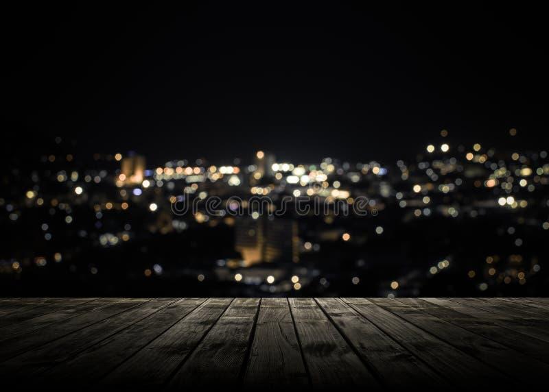 Деревянная планка над городком Пхукета на ноче стоковые изображения