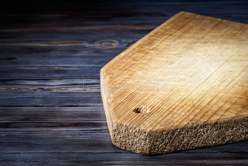Деревянная разделочная доска на таблице года сбора винограда кухни стоковые фото