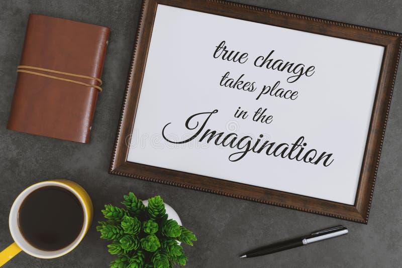 Деревянная рамка, дневник и желтая кружка кофе на темном - серая предпосылка Вдохновляющая цитата стоковое изображение rf