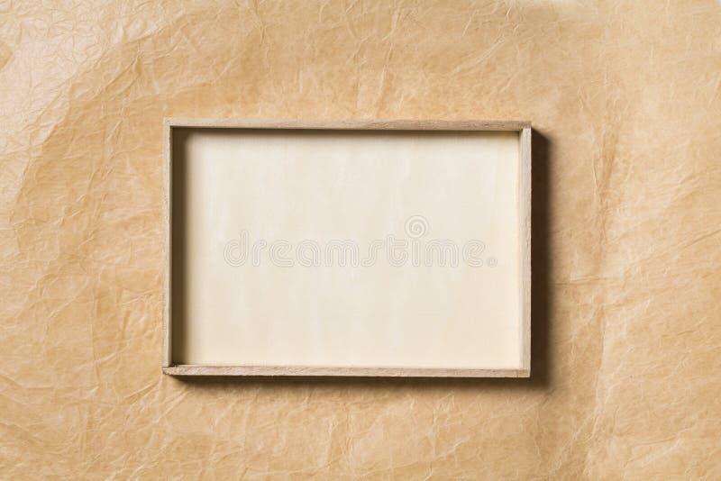 Деревянная рамка над бумажной предпосылкой, пустая древесина завертывает границу в бумагу стоковые изображения rf
