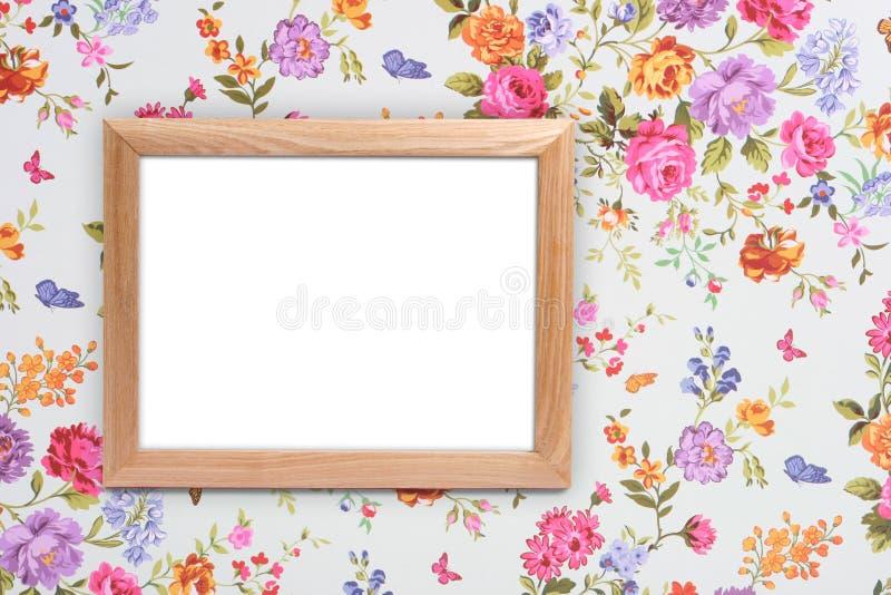 Деревянная рамка на винтажной флористической предпосылке стоковое фото rf