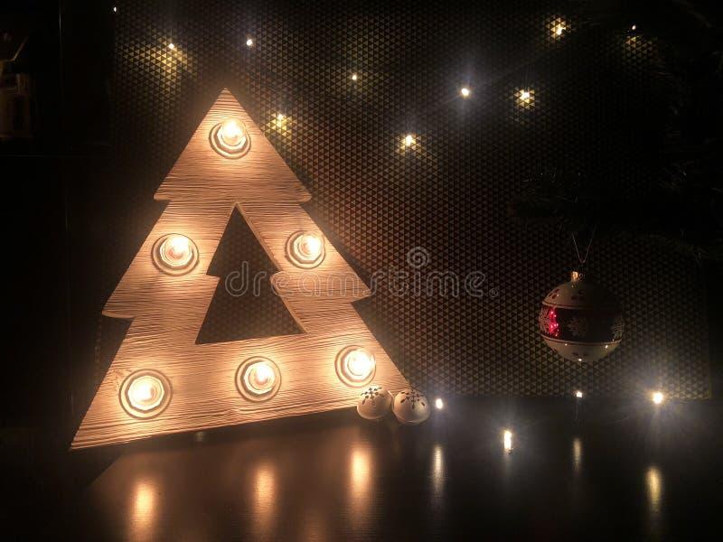 Деревянная рождественская елка с лампами Игрушки рождества на таблице рождество веселое стоковая фотография rf