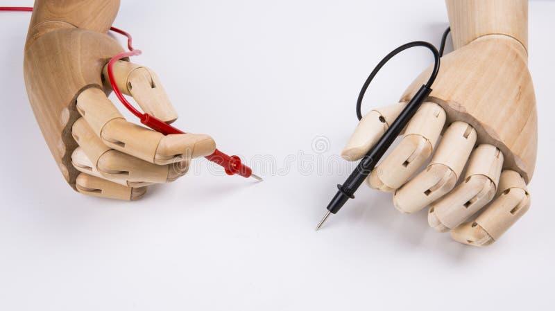 Деревянная рука и электрический вольтамперомметр стоковая фотография
