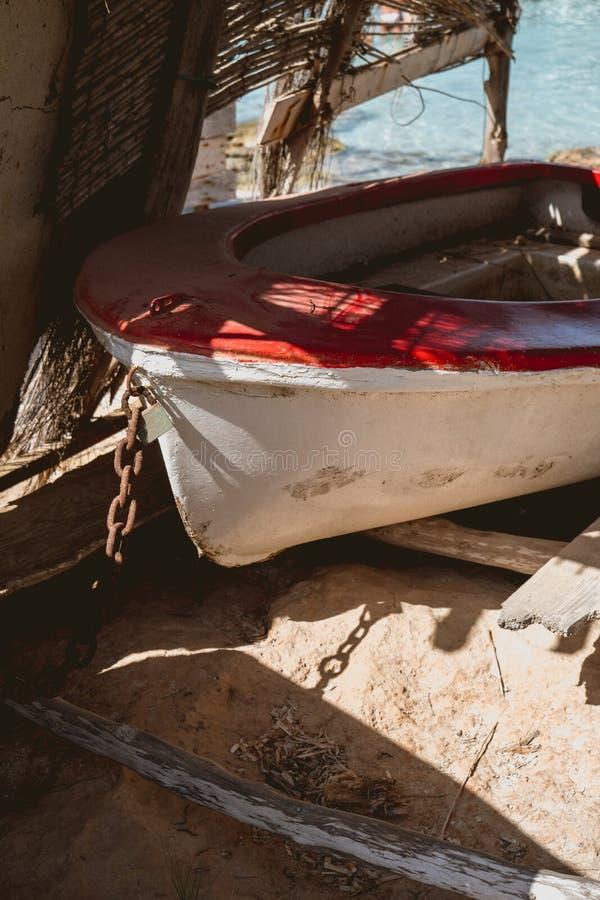 Деревянная рыбацкая лодка без мотора стоковая фотография rf