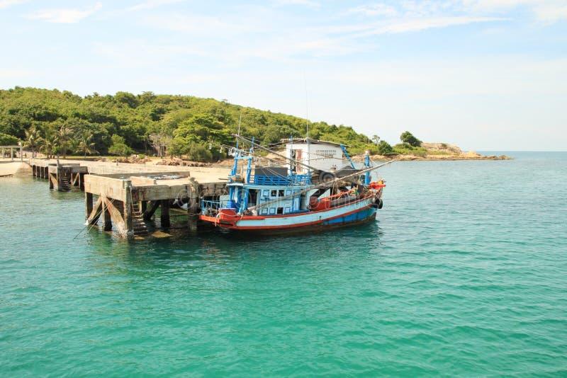Деревянная рыбацкая лодка в порте, Таиланде стоковые фотографии rf