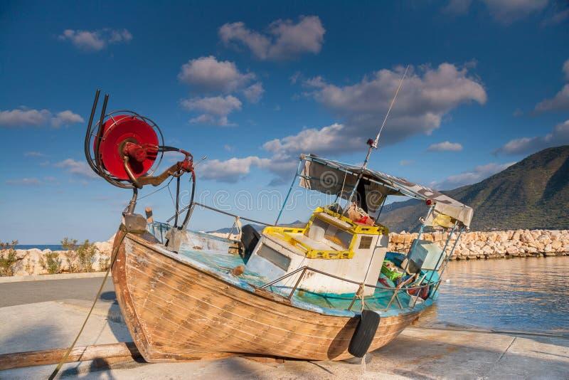 Деревянная рыбацкая лодка из моря в свете после полудня в harb Pomos стоковое изображение rf