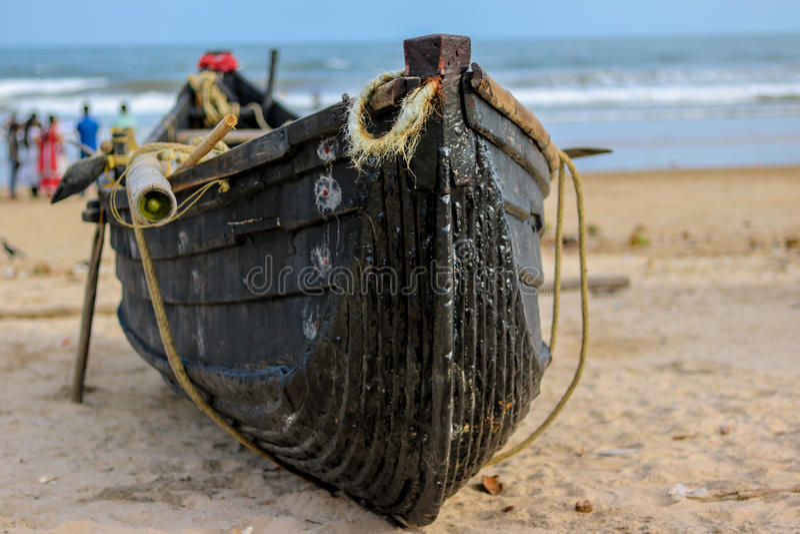 Деревянная рыбацкая лодка на береге моря стоковая фотография