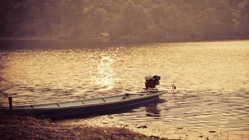 Деревянная рыбная ловля шлюпки стоковые изображения