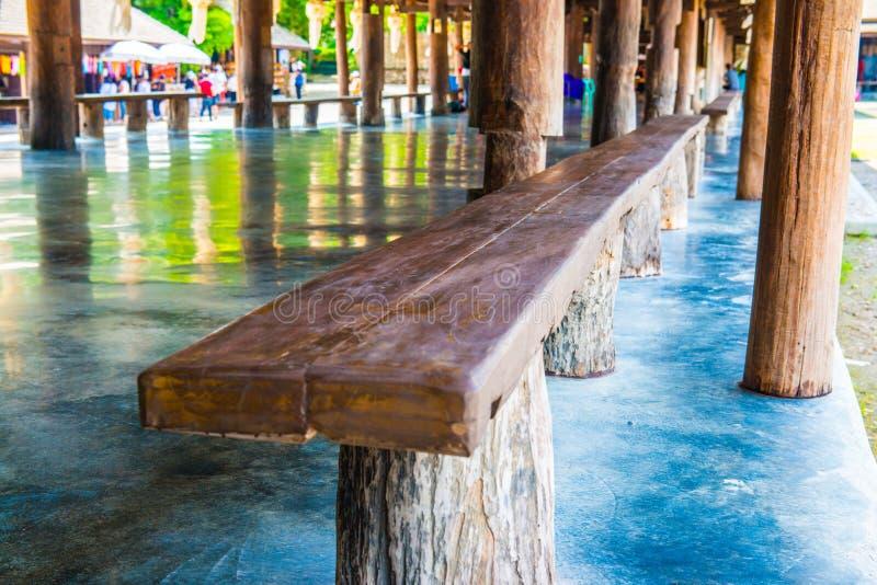 Деревянная скамья в центре раздумья Cherntawan международном стоковые изображения rf