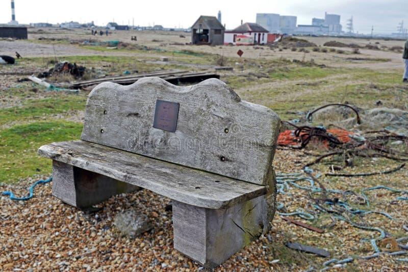 Деревянная скамья на камешках пляжа Dungeness окруженных сброшенными деталями от рыболовов стоковое фото rf