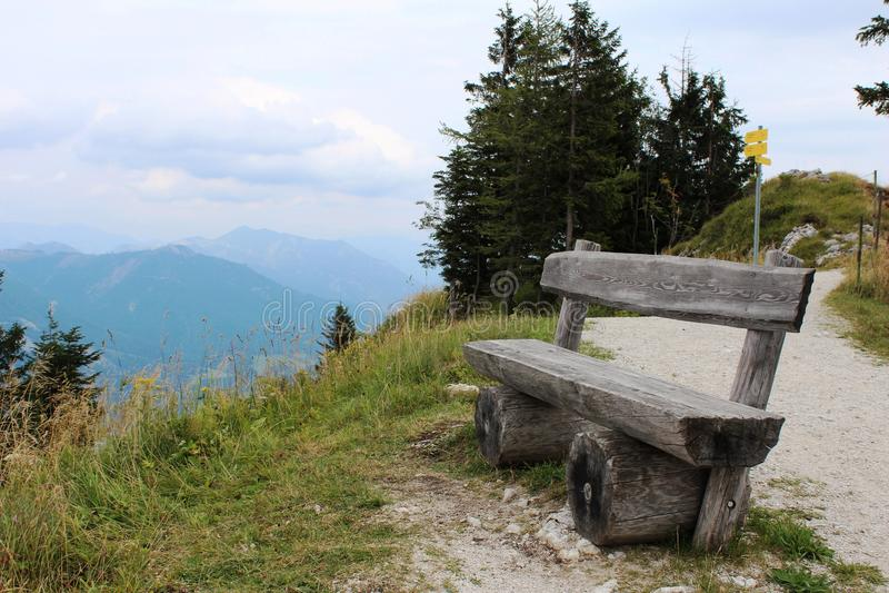 Деревянная скамья на краю горы стоковая фотография rf