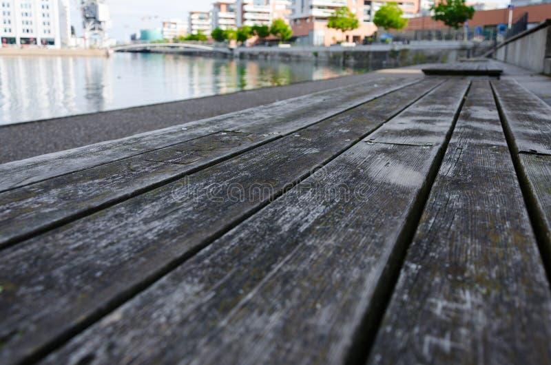 Деревянная скамья на набережной в страсбурге стоковые изображения