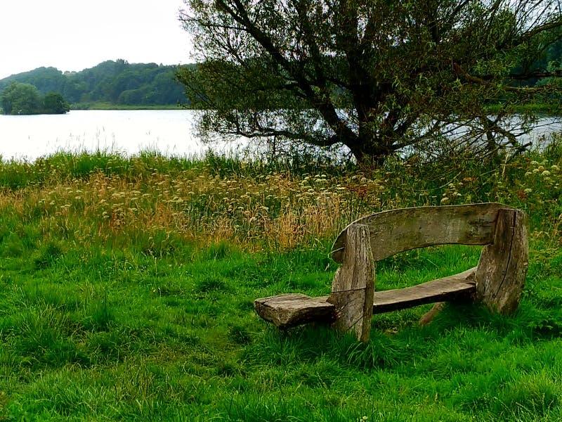 Деревянная скамья на озере Linlithgow стоковая фотография