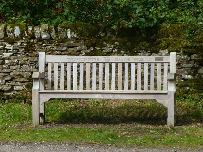 Деревянная скамья чествуя юбилей диаманта стоковая фотография rf