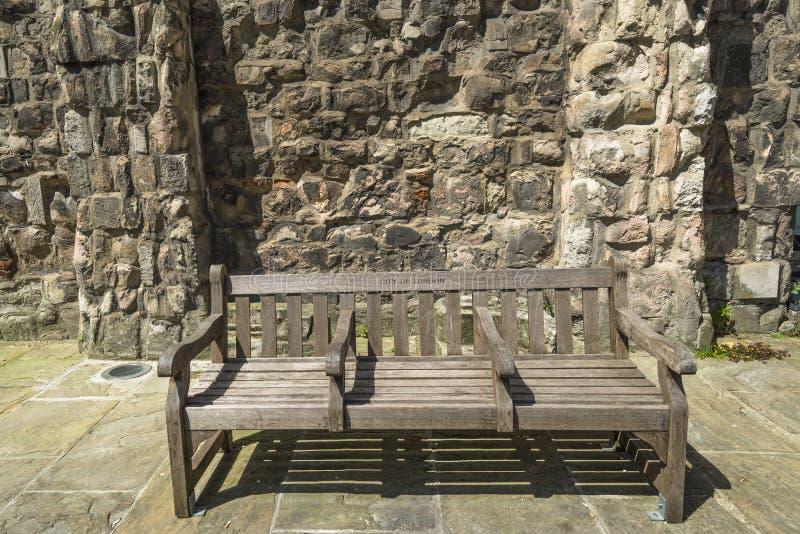 Download Деревянная скамья стоковое фото. изображение насчитывающей небо - 41659796