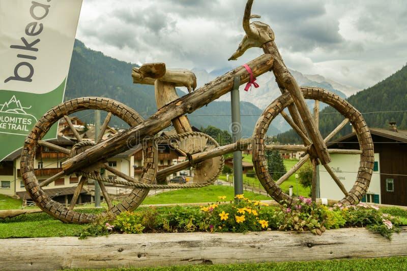 Деревянная скульптура велосипеда около Canazei в итальянских доломитах стоковые изображения