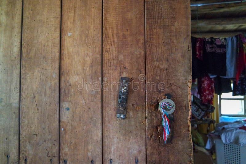 Деревянная старая дверь в доме в деревне стоковое фото rf