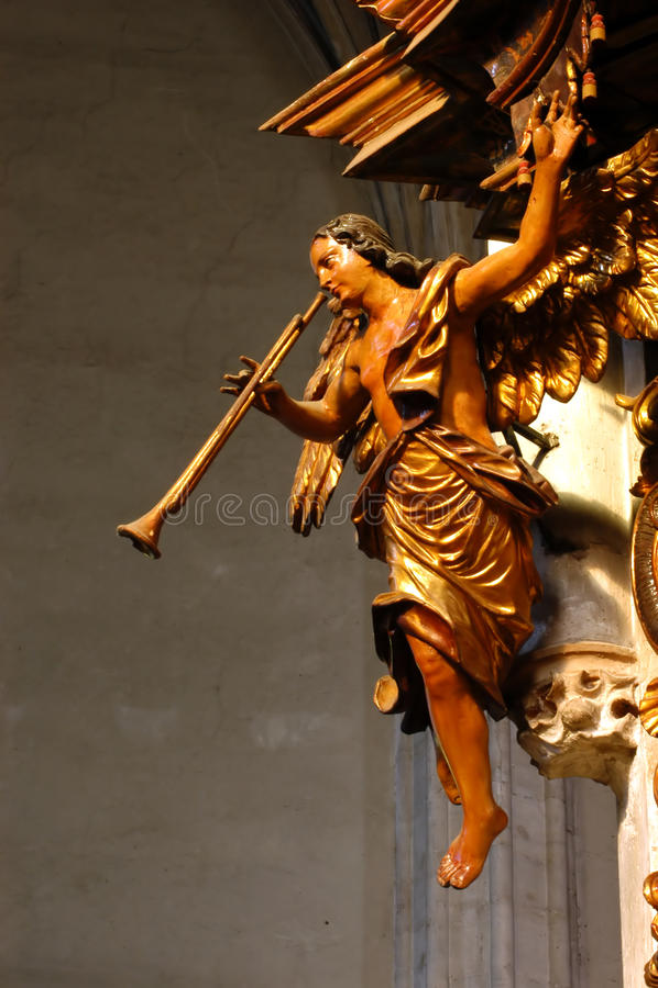 Деревянная статуя в католической церкви стоковые изображения