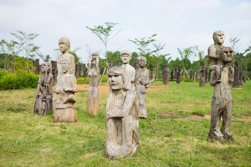 Деревянная статуя на усыпальницах центральных гористых местностей, Вьетнам типичные усыпальниц mastaba объекта известная этническ стоковые изображения