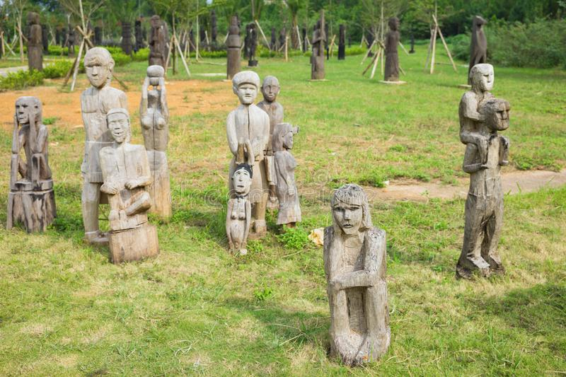 Деревянная статуя на усыпальницах центральных гористых местностей, Вьетнам типичные усыпальниц mastaba объекта известная этническ стоковое изображение