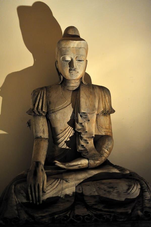 Деревянная статуя Buddah в Таиланде стоковые изображения rf