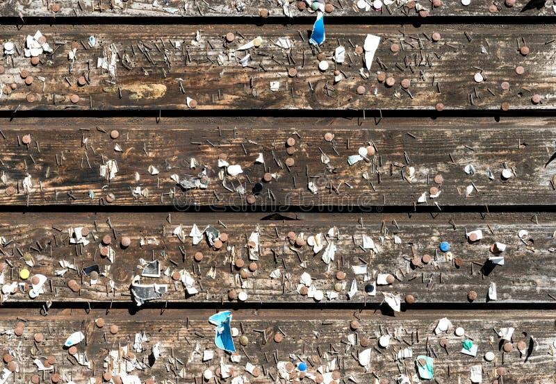 Деревянная стена с старыми штырями и штапелями Винтажная доска объявлений стоковые фото