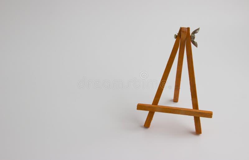 Деревянная стойка для изображений и фото на светлой предпосылке стоковое фото rf