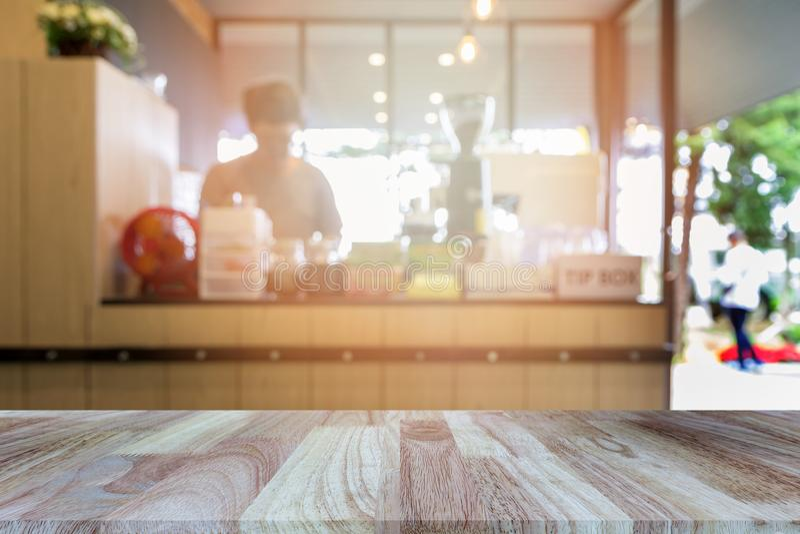 Деревянная столешница на запачканной предпосылке ресторана или кофейни стоковое фото rf