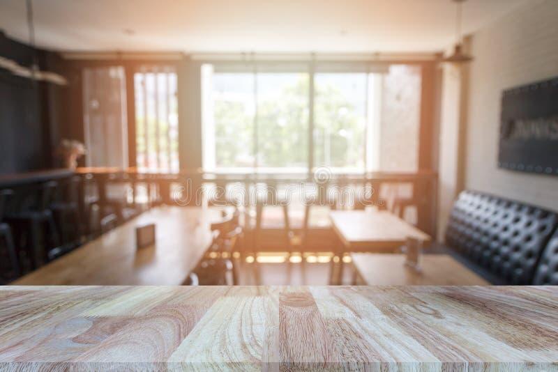 Деревянная столешница на запачканной предпосылке ресторана или кофейни стоковое изображение rf