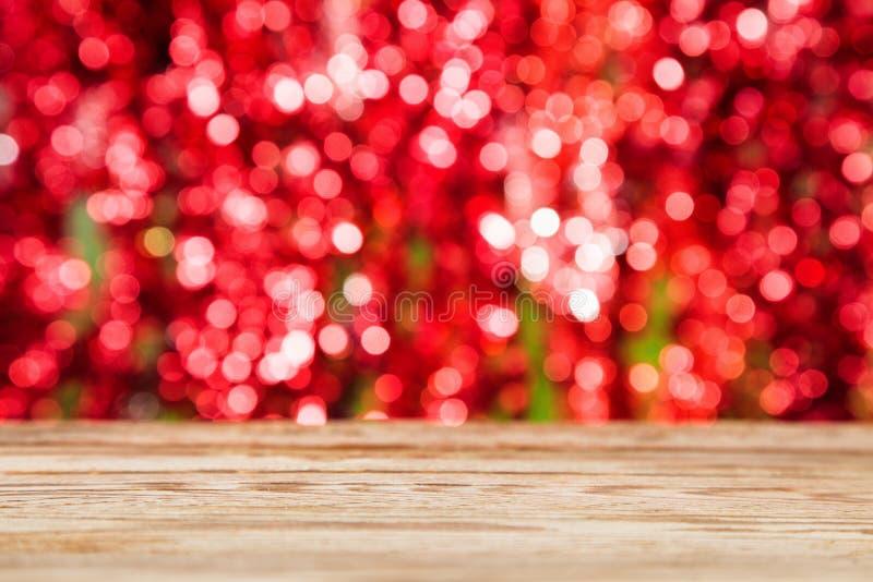 Деревянная столешница на красной предпосылке конспекта bokeh стоковые фотографии rf